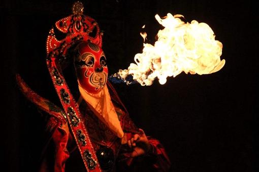 川剧中的变脸和喷火的绝活是如何做到的?