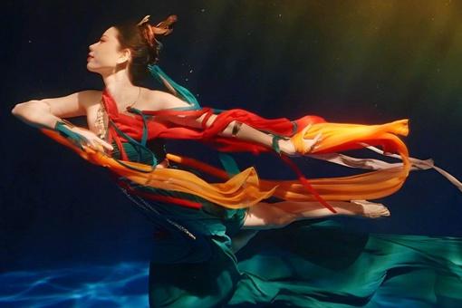 水下飞天舞蹈中的飞天动作与什么有关